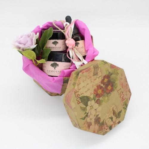 Προϊόντα αντιγήρανσης προσώπου με τριαντάφυλλο σε χάρτινο vintage κουτί
